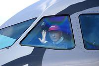 ARCHIV - 18.04.2010, Österreich, Salzburg: Der dreimalige Formel-1-Weltmeister und damaliger Fluglinienbetreiber und Pilot, Niki Lauda, winkt am nach der Landung des Testflugs mit einem A320 auf dem Salzburger Flughafen aus dem Cockpit. Der dreimalige Formel-1-Weltmeister Niki Lauda ist tot. Der Österreicher starb am Montag im Alter von 70 Jahren. Foto: Barbara Gindl/APA/dpa +++ dpa-Bildfunk +++