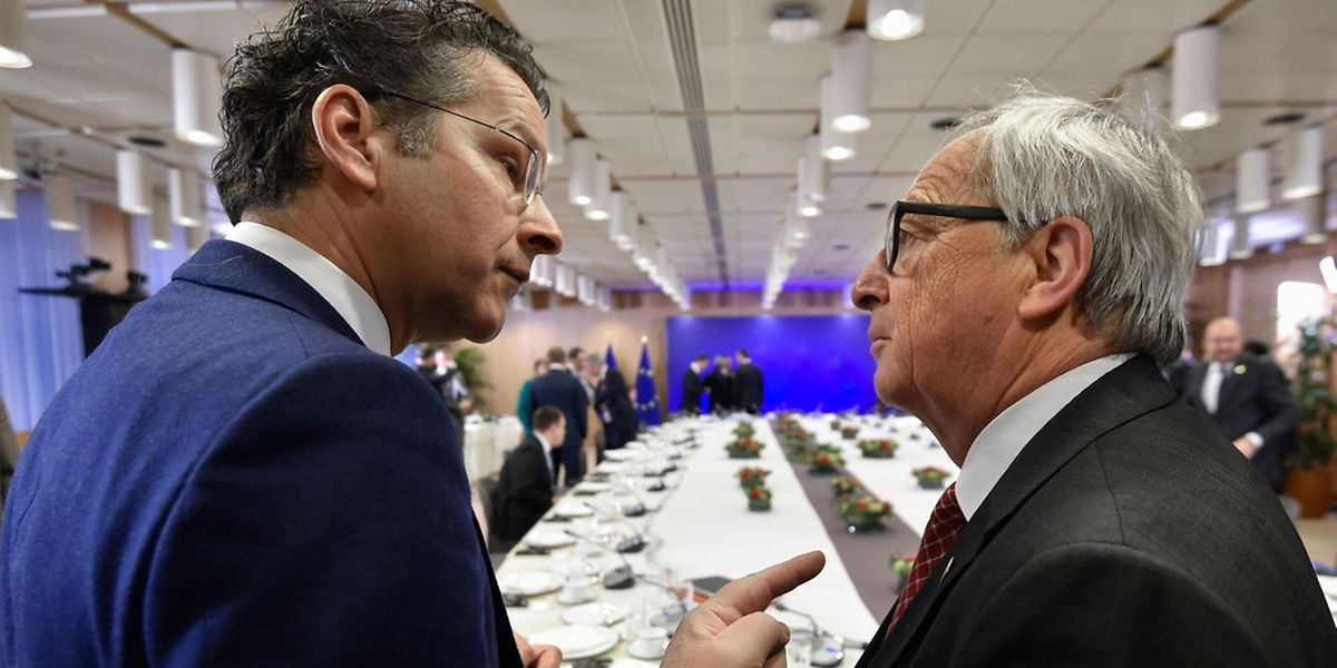 Eurogruppe-Präsident Jeroen Dijsselbloem (L) im Gespräch mit Jean-Claude Juncker.