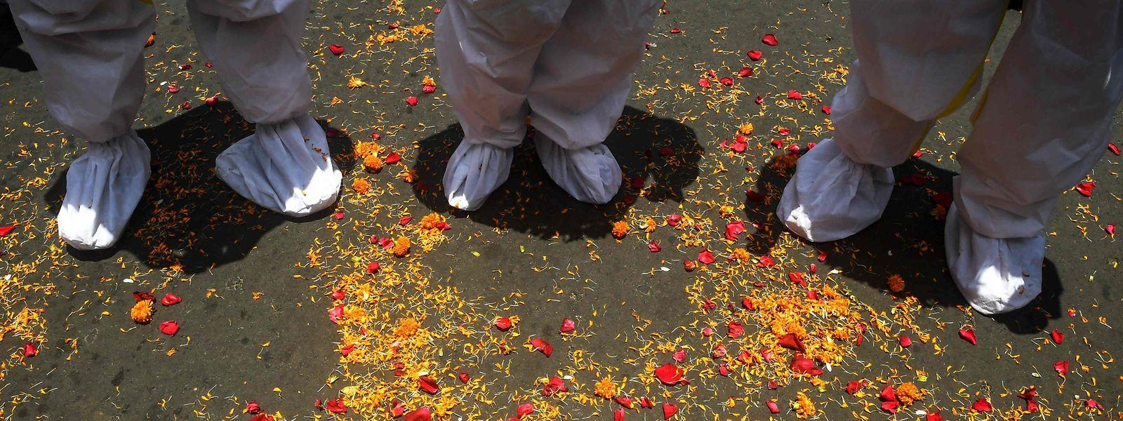 """""""Blumenregen"""" für Mitarbeiter des Gesundheitswesens in Indien. Das Land meldete am Wochenende neue Höchstwerte bei den Corona-Infektionen"""