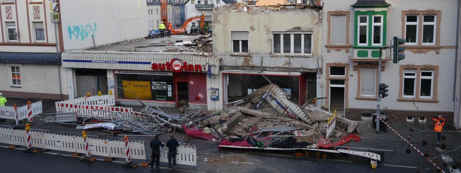 Das Baugerüst vor dem Gebäude in der Trierer Paulinstraße brach vollständig zusammen.