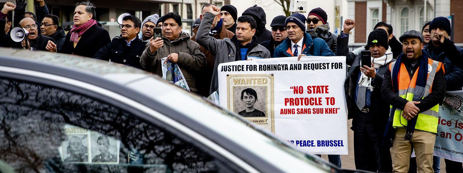 Rohingya-Flüchtlinge in den Niederlanden demonstrieren in den Den Haag gegen die Friedensnobelpreisträgerin Suu Kyi.