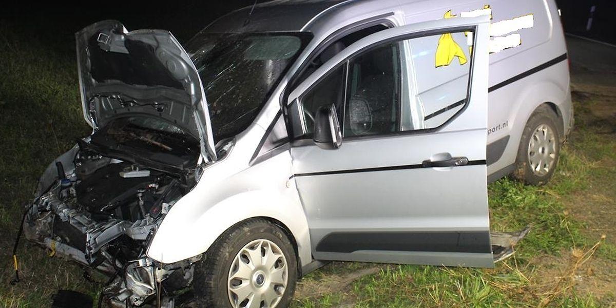 Die beiden Insassen des Fahrzeugs wurden zum Teil schwer verletzt.