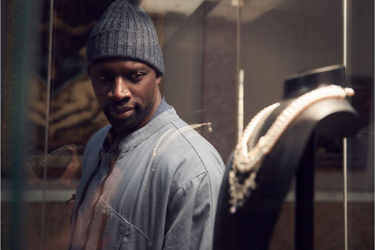 Hauptdarsteller Omar Sy wird von einem Collier fasziniert.