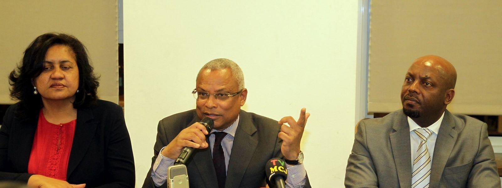 José Maria Neves ladeado pela ministra do Turismo, Investimentos e Desenvolvimento Empresarial, Leonesa Fortes, e pelo embaixador Carlos Semedo