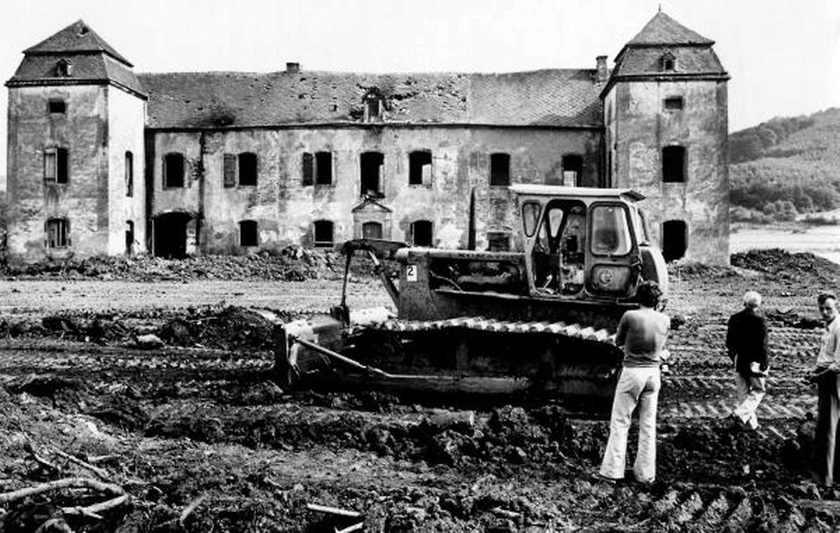 """Das """"Löschenhaus"""" musste weichen, damit der See im Freizeitgebiet angelegt werden konnte. Am 17. Mai 1977 begann die Planierraupe mit dem Abriss des Barockgebäudes."""