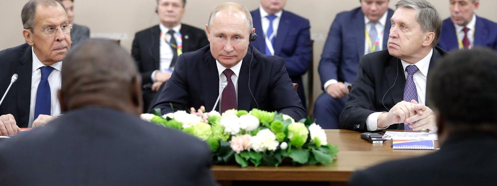 Sotschi: Cyril Ramaphosa (2.v.l), Präsident von Südafrika, trifft sich mit Wladimir Putin (M), Präsident von Russland, und Sergei Lawrow (l), Außenminister von Russland, während des ersten Afrika-Russland-Gipfels.