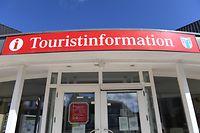 13.04.2020, Mecklenburg-Vorpommern, Trassenheide: Blick auf ein Schild mit dem Schriftzug «Touristinformation» im Ostseebad auf der Insel Usedom. (zu dpa: «Kurtaxe fehlt in Tourismus-Hotspots») Foto: Stefan Sauer/dpa +++ dpa-Bildfunk +++