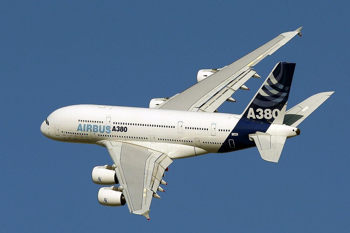 Ein Airbus A380 fliegt bei einem Demonstrationsflug während der Dubai Air Show.