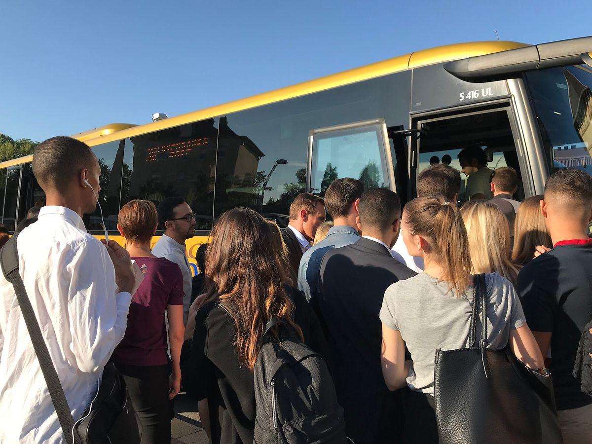 Les frontaliers s'empressent de rentrer dans le bus pour aller à la Cloche d'Or.