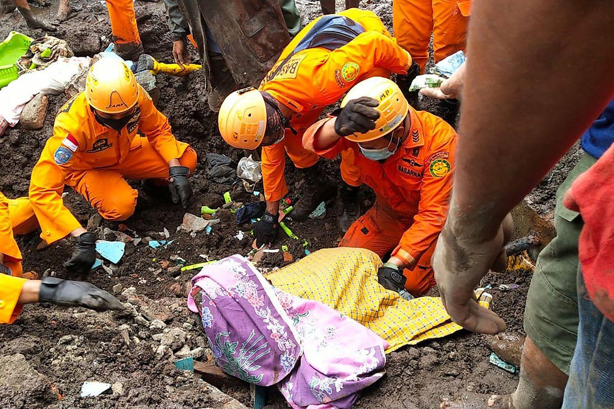 Rettungsteams versuchen, Verletzte zuu bergen.