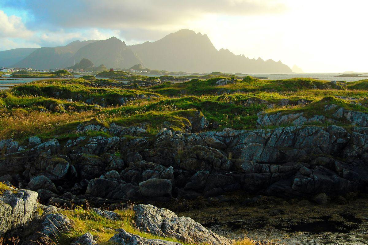Felsenküste in Andenes - mittig im Licht erhebt sich der Berg Røyken.