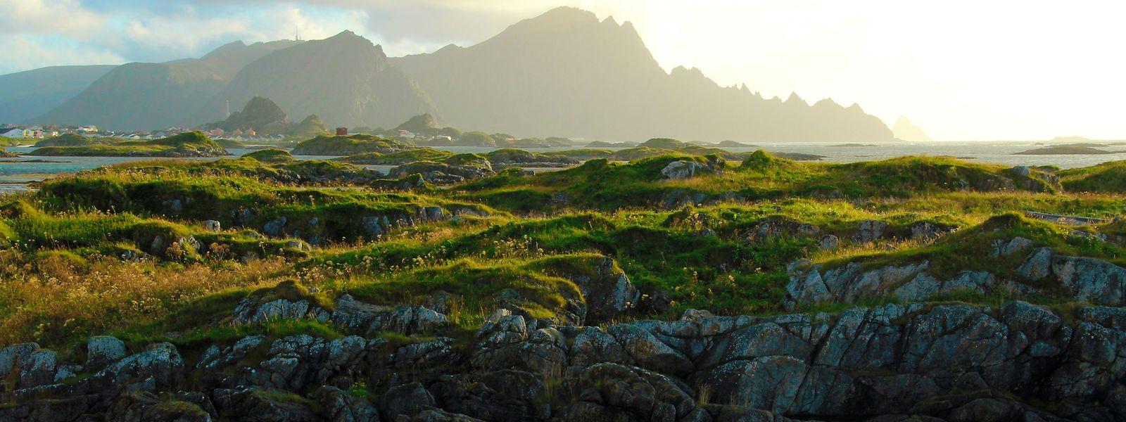 Norwegische Felsenküste in Andenes - mittig im Licht erhebt sich der Berg Røyken.