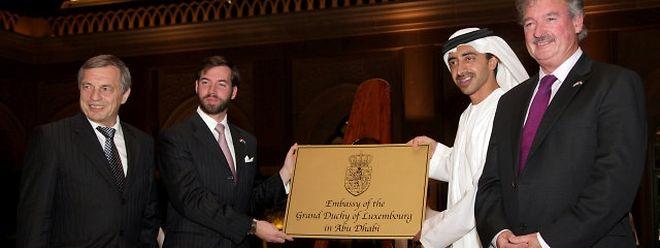 In einer feierlichen Zeremonie enthüllen Luxemburgs Außenminister Jean Asselborn und sein Amtskollege Scheich Abdullah bin Zayed al Nahyan im Beisein von Erbgroßherzog Guillaume und Wirtschaftsminister Jeannot Krecké das Botschaftsschild Luxemburgs in Abu Dhabi (v.r.n.l.).