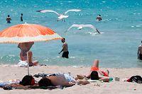 ARCHIV - 09.07.2021, Spanien, Palma de Mallorca: Touristen genießen die Sonne am Strand von Arenal. (zu dpa «Mallorca «absolut sicheres Urlaubsziel» trotz Infektionsrekord» vom 16.07.2021) Foto: Clara Margais/dpa +++ dpa-Bildfunk +++