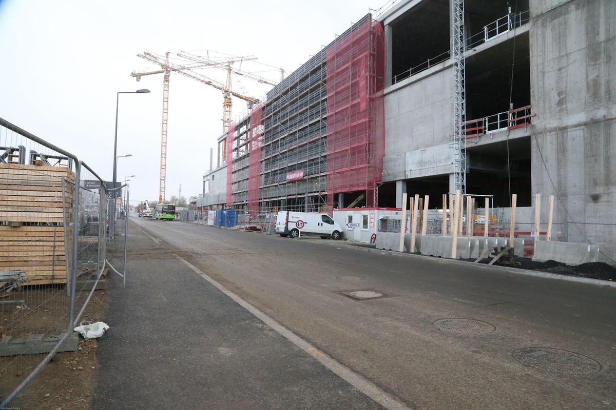 En Face de l'école, le chantier du futur supermarché Auchan se poursuit.