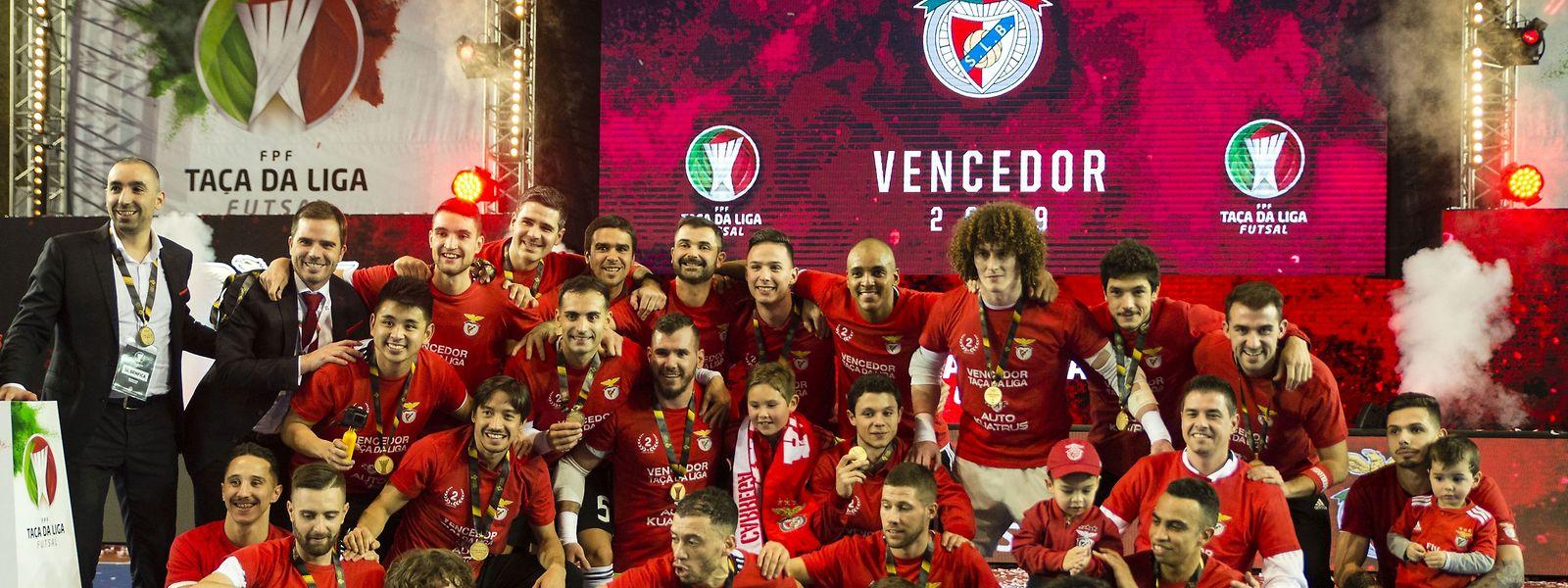 Os jogadores do Benfica festejam a conquista da Taça da Liga de Futsal após vencerem o Sporting de Braga no jogo da final disputado em Sines.