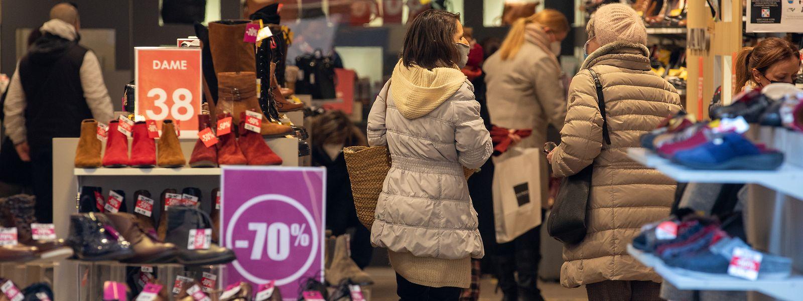 Am Montag öffneten die Geschäfte unter strengeren Auflagen, erst mit Verzögerung schlägt sich das aufs Infektionsgeschehen nieder.