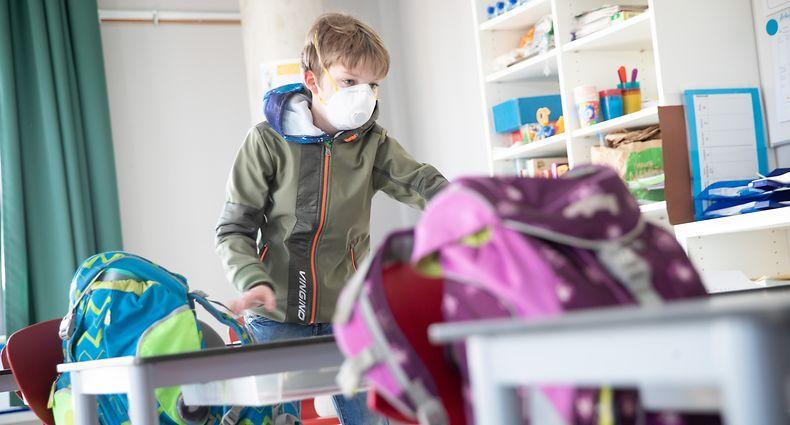 Wenn eine Klasse innerhalb der Schule wegen eines positiven Falles isoliert wird, gilt Mundschutzpflicht für alle.
