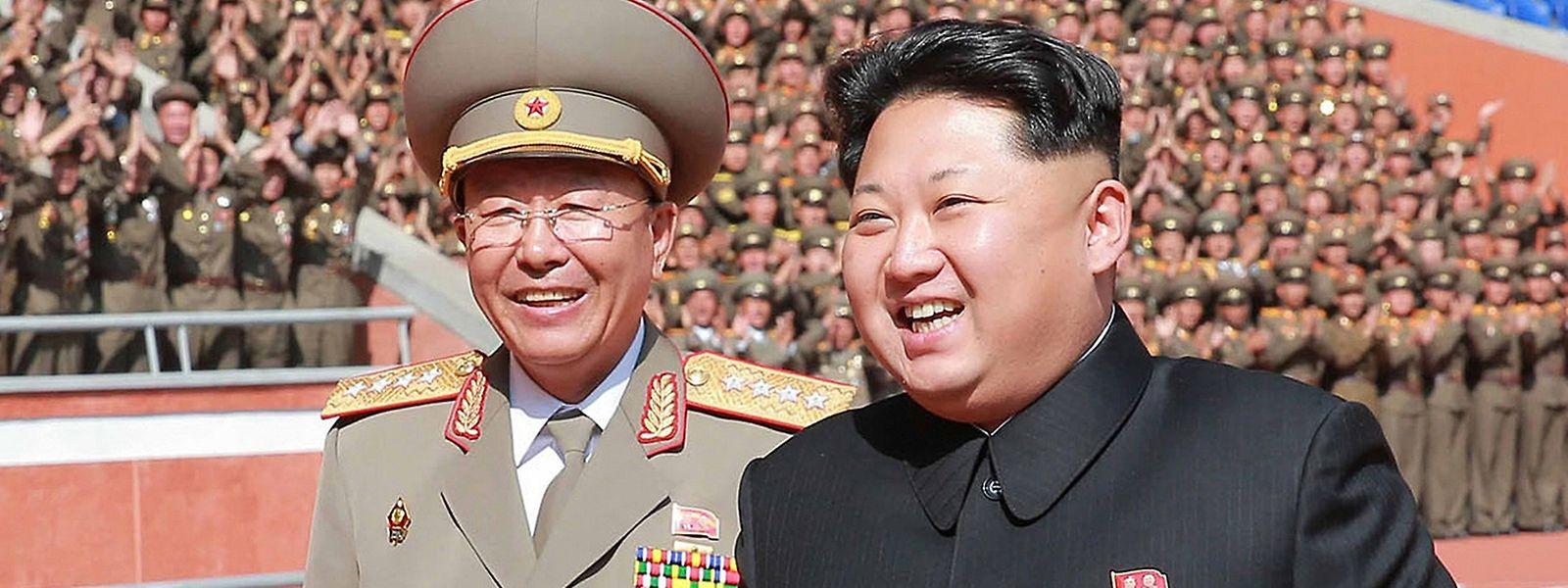 """Staatschef Kim Jong Un (r.) will """"die Vorbereitungen für einen Satellitenstart so bald wie möglich abschließen""""."""