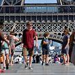 Diese Touristen vor dem Eiffelturm müssen sich gedulden - auch am Donnerstag war das Wahrzeichen von Paris geschlossen.