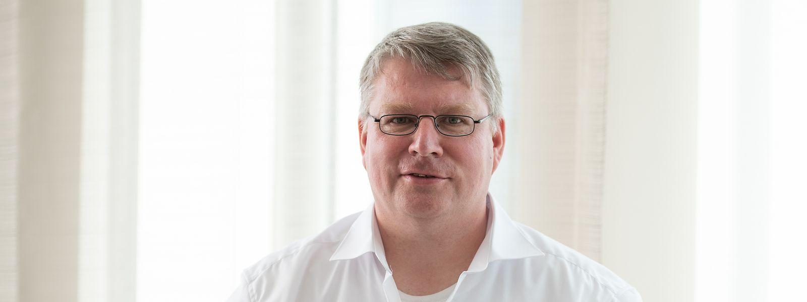 """Christian Hirsch, Autor und ehemaliger AfD-Mitarbeiter, bei der Vorstellung seines Buches """"Machtergreifung""""."""