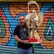 31.10.2018, Mexiko, Mexiko-Stadt: Ein Anhänger der Santa Muerte trägt eine Statue der Schutzheiligen zu einem Schrein im Stadtteil Tepito. In Mexiko-Stadt haben Hunderte Anhänger anlässlich des «Día de los Muertos» («Tag der Toten») der Schutzheiligen Santa Muerte Opfergaben gebracht. Die Menschen versammelten sich am Mittwoch den 31.10.2018 am Schrein der Heiligen im Stadtteil Tepito. Santa Muerte - auf Deutsch «heiliger Tod» - wird durch ein Skelett dargestellt, das Kutten oder Frauenkleidung trägt und eine Sense in der Hand hält. Foto: Gerardo Vieyra /dpa +++ dpa-Bildfunk +++