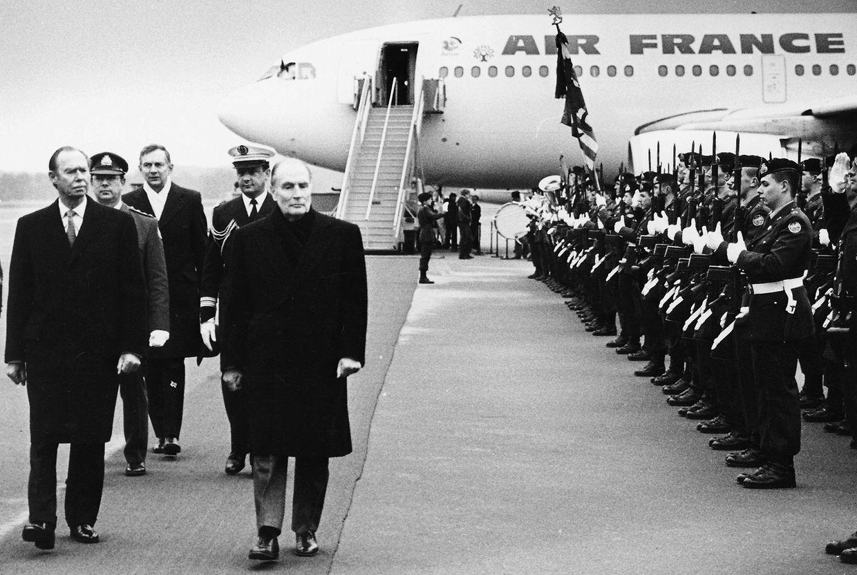 Le président Mitterrand a été reçu avec les honneurs militaires au Findel