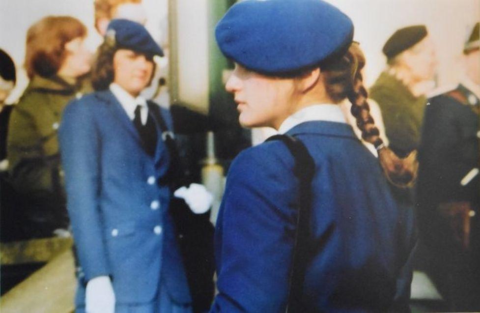 Gendarmerie-Kadettinnen mit Baskenmütze.