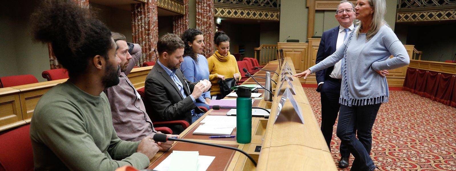 Nancy Arendt (r.) und Chamberpräsident Fernand Etgen (Zweiter v.r.) während der Anhörung der Petitionäre zum Recht auf Leitungswasser in der Gastronomie.