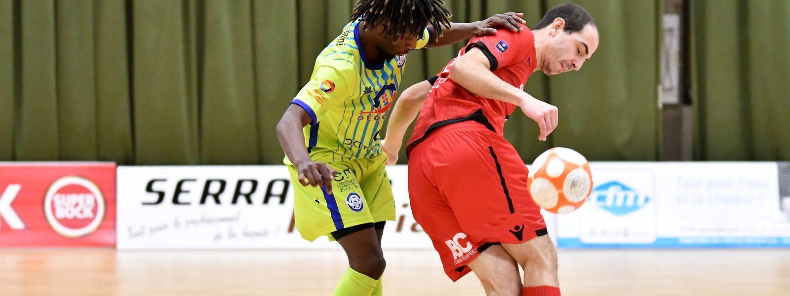Antonio Vieira (FC Differdange 03, en rouge) protège le ballon sous la menace de Miguel Oliveira (US Esch)