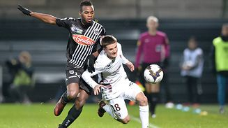 Angers' Malian midfielder Lassana Coulibaly (L) vies with Metz's Luxemburg midfielder Vincent Thill  (R) during the French League Cup round of 16 football match Angers (SCO) between Metz (FCM), on December 12, 2017, in Raymond-Kopa Stadium in Angers, northwestern France. / AFP PHOTO / JEAN-FRANCOIS MONIER