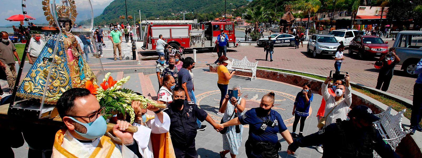 """Das Bild der Jungfrau von Zapopan, auch als """"Königin des Chapala-Sees"""" bekannt, wird während einer Prozession durch die Straßen getragen."""