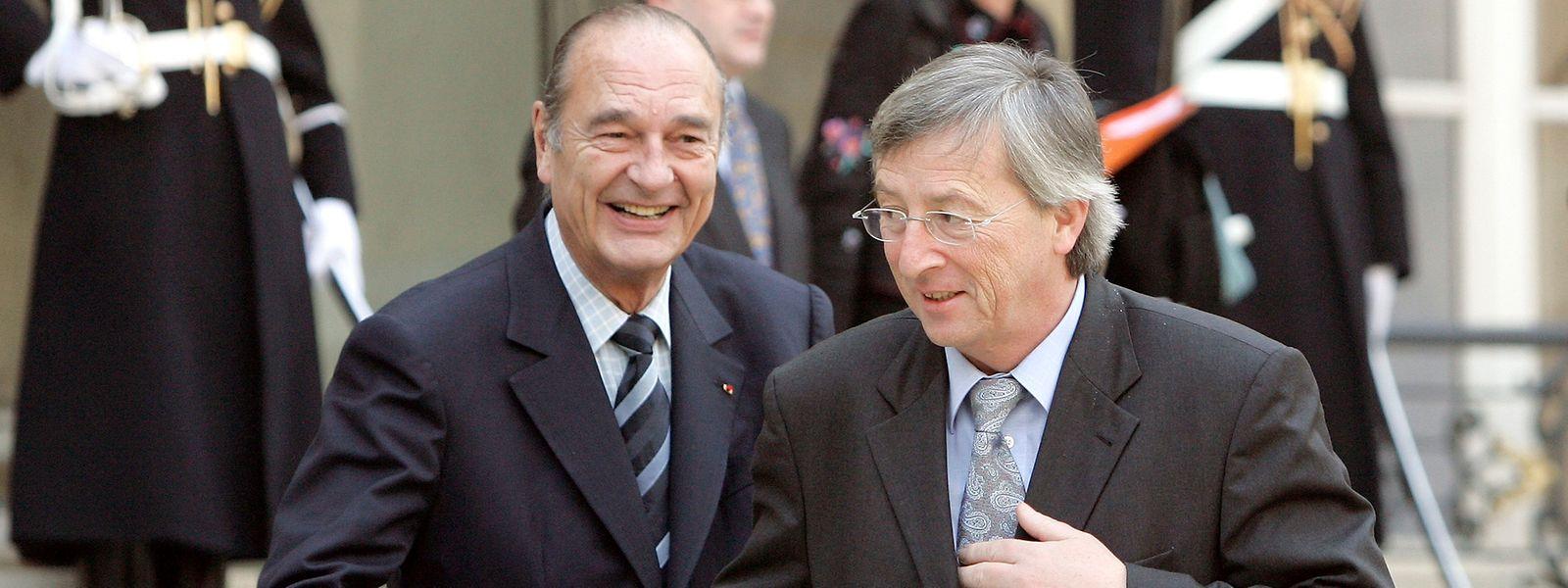 Jacques Chirac raccompagnant Jean-Claude Juncker sur le perron de l'Elysée à la suite d'échanges de vue concernant Arcelor, le 1er février 2006.