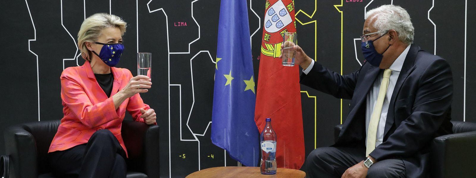 A presidente da Comissão Europeia, von der Leyen, e o primeiro-ministro, António Costa, após a aprovação do Plano de Recuperação e Resiliência para Portugal.