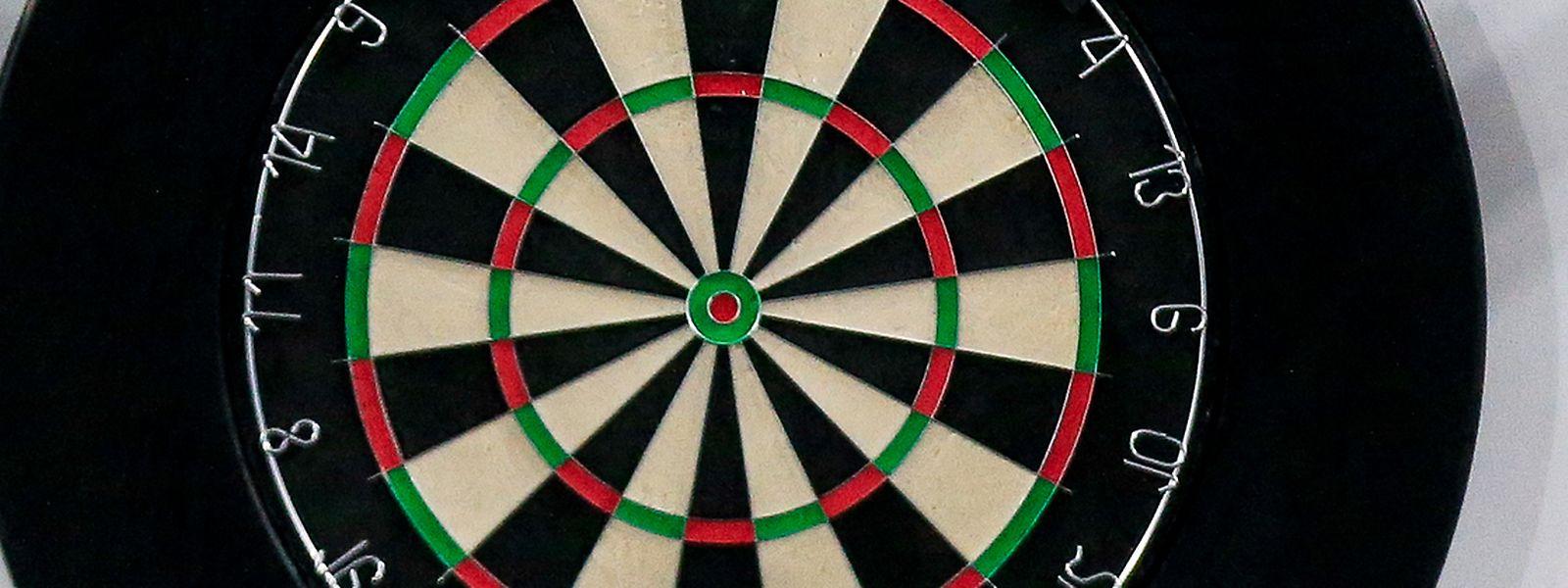 Der Betrüger gab vor, Anzeigen für die Broschüre eines Darts-Turniers zu verkaufen.