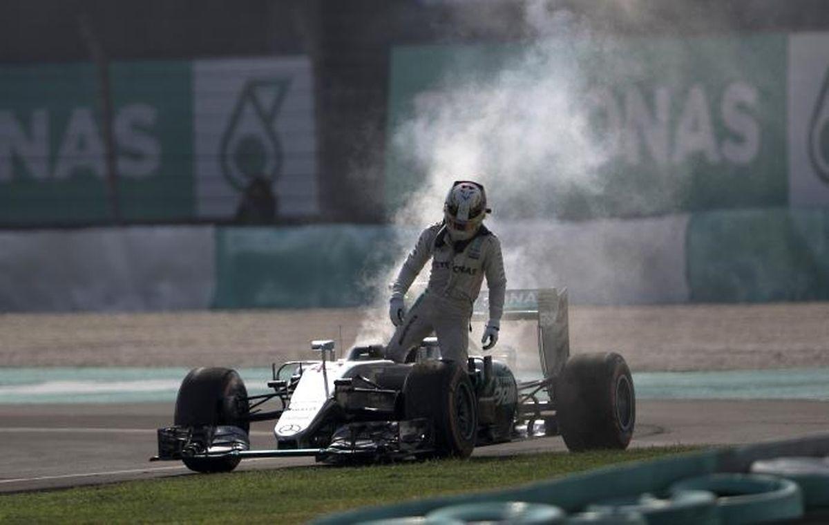 """Motorschaden in Malaysia. Lewis Hamilton war nach dem Rennen sauer: """"Irgendwer will nicht, dass ich Weltmeister werde."""""""