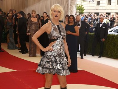 """Singer-Songwriter Taylor Swift arrives at the Metropolitan Museum of Art Costume Institute Gala (Met Gala) to celebrate the opening of """"Manus x Machina: Fashion in an Age of Technology"""" in the Manhattan borough of New York, May 2, 2016.  REUTERS/Lucas Jackson"""