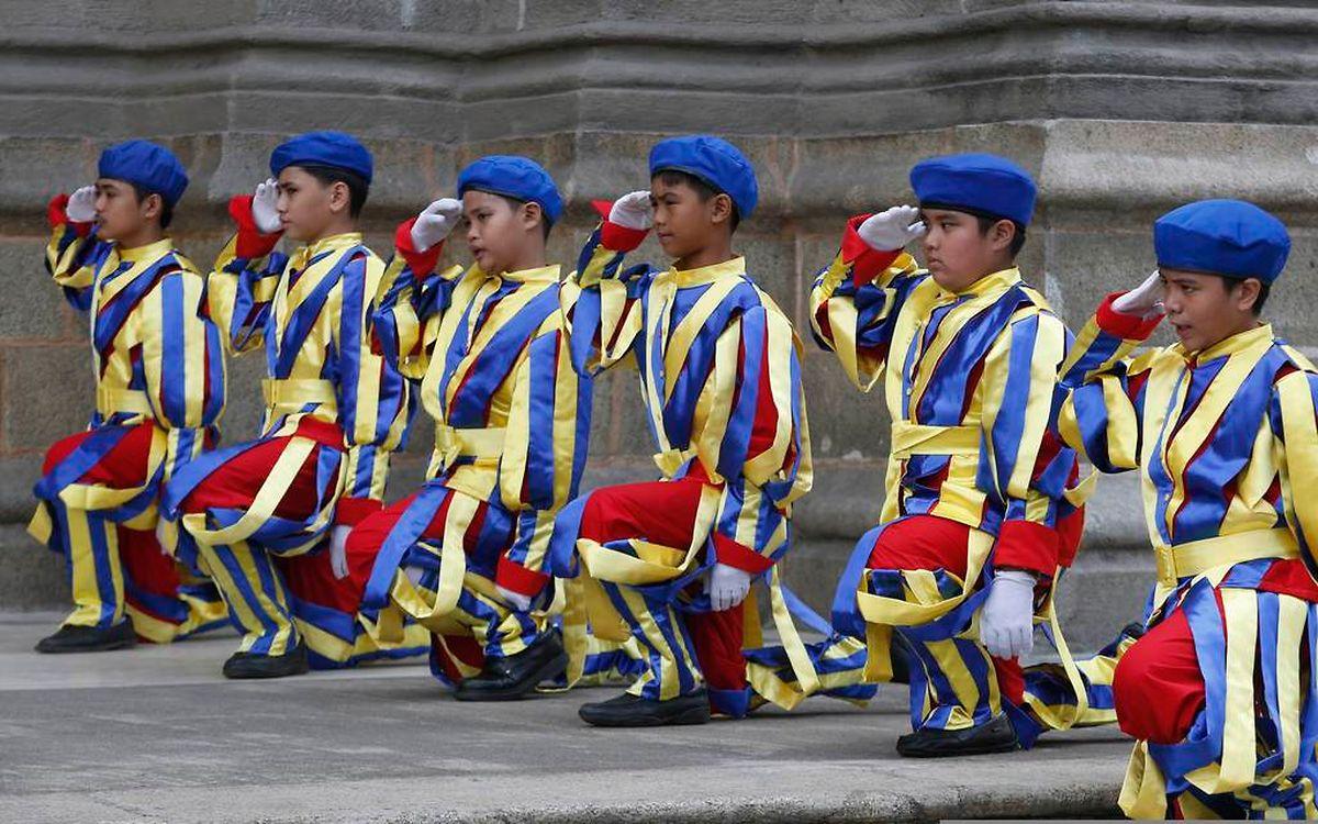Als Schweizergardisten verkleidete Schulkinder salutieren Papst Franziskus.