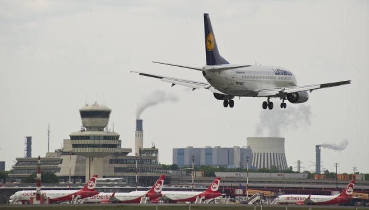 Eine Lufthamsa-Maschine im Anflug auf den Flughafen Tegel.