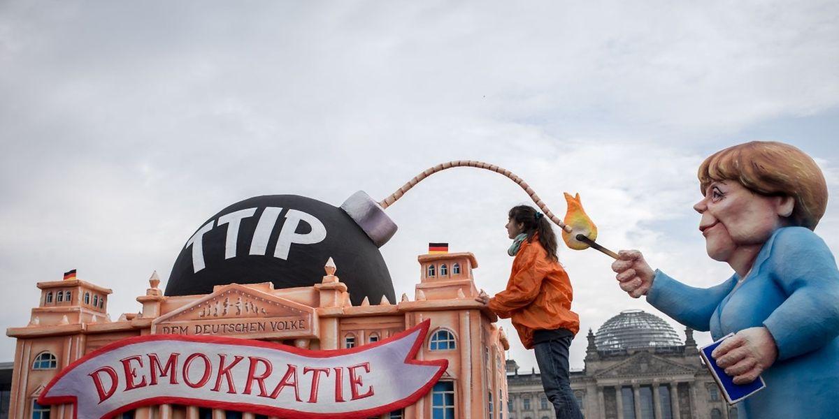 """Ce 9 octobre 2015 les activistes de l'organisation """"Foodwatch"""" ont organisé un énénement anti-TTIP pour la presse devant le parlement allemand à Berlin."""