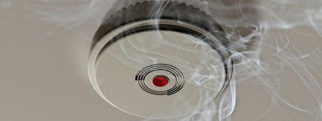 Ein Rauchmelder warnt früh vor Feuer.