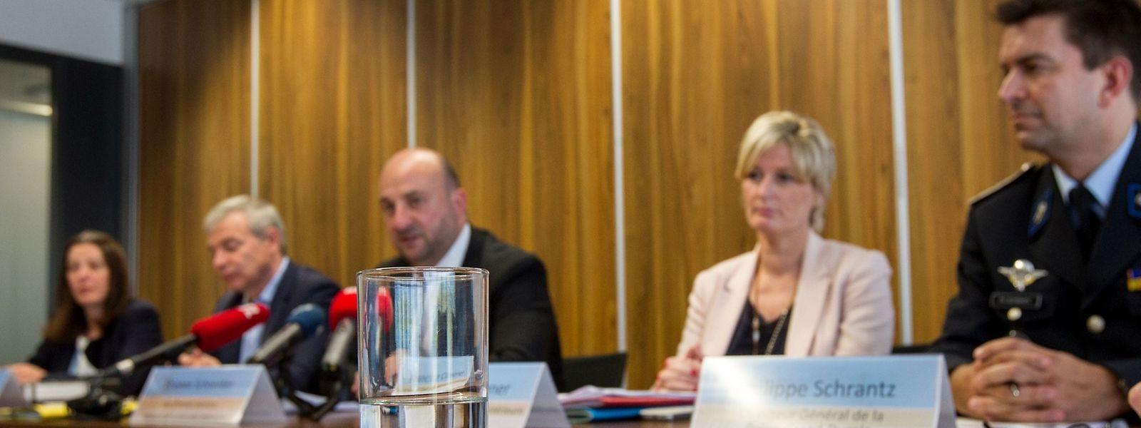 Innenminister Dan Kersch, Sicherheitsminister Etienne Schneider, Staatssekretärin Francine Closener und Polizeigeneraldirektor Philippe Schrantz stellten am Donnerstag das Gesetzesprojekt zu Polizeireform vor.