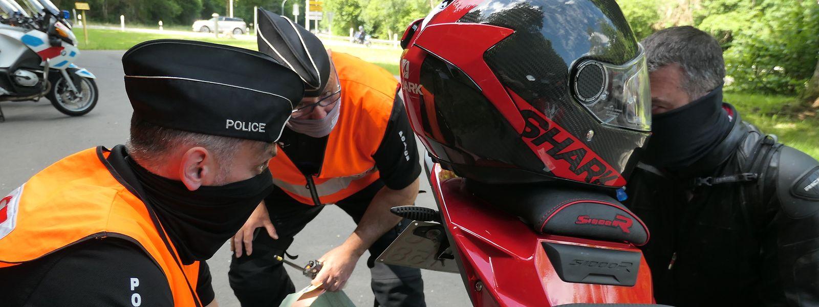 Die Polizei ahndet Verstöße gegen technische Bestimmungen für Autos und Motorräder.