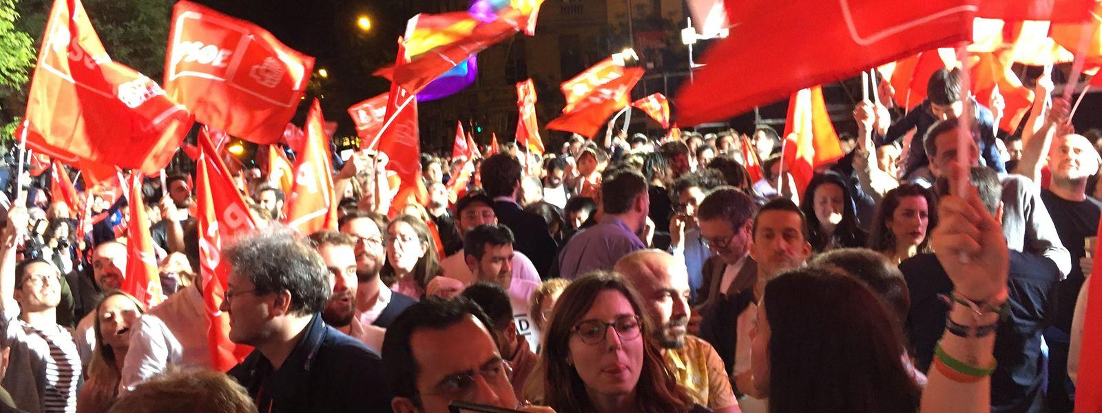 Anhänger der Partei PSOE, der spanischen Sozialisten, feiern nach der Wahl und schwenken Parteifahnen. Fast 37 Millionen Spanier waren aufgerufen, in 23 000 Wahllokalen ihre Stimme für die Parlamentswahl abzugeben.