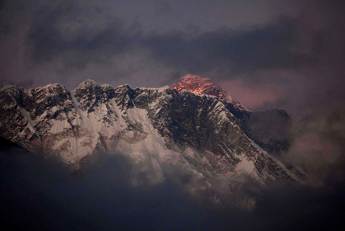 Das letzte Tageslicht erhellt den Everest, der über dem Berg Nuptse hinausragt.