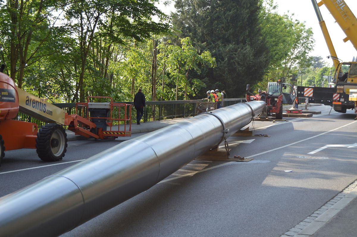 40 Meter lang und 16 Tonnen schwer: Die Anbringung der Metallstütze erforderte einiges an Arbeit.