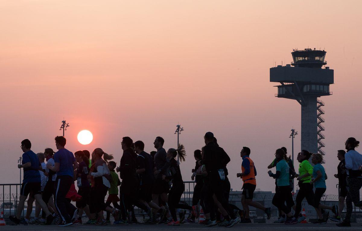Läufer nehmen am 12. Airport Night Run auf dem zukünftigen Hauptstadt-Flughafen Berlin Brandenburg teil.