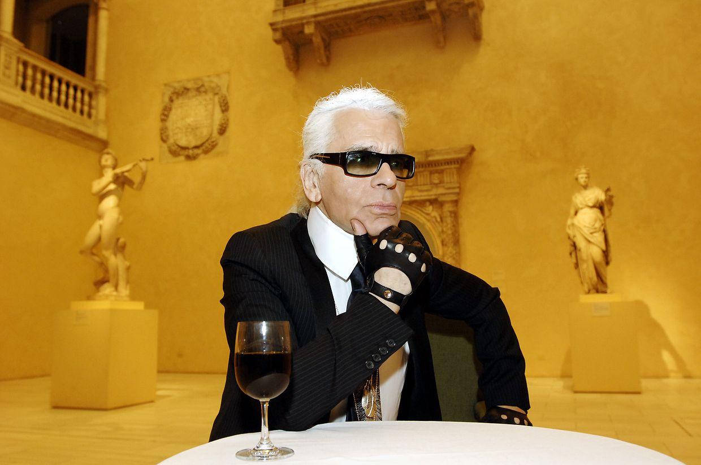 Karl Lagerfeld während eines Interviews im Jahr 2005 im Metropolitan Museum of Art in New York. Der Modedesigner ist am Dienstag im Alter von 85 Jahren verstorben.