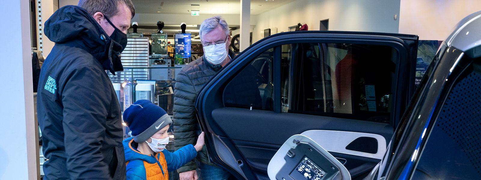Si les voitures électriques et hybrides ont séduit de plus en plus d'acheteurs, la majorité a préféré acquérir un véhicule thermique, indique la Fedamo.