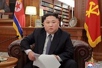 HANDOUT - 01.01.2019, Nordkorea, ---: Dieses undatierte, von der nordkoreanischen Nachrichtenagentur KCNA am 01.01.2019 zur Verfügung gestellte Foto zeigt Kim Jong Un, Machthaber von Nordkorea, während der Neujahrsansprache. Das Foto wurde von der staatlichen nordkoreanischen Nachrichtenagentur KCNA zur Verfügung gestellt. Sein Inhalt kann nicht eindeutig verifiziert werden Foto: KCNA/dpa - ACHTUNG: Nur zur redaktionellen Verwendung und nur mit vollständiger Nennung des vorstehenden Credits +++ dpa-Bildfunk +++
